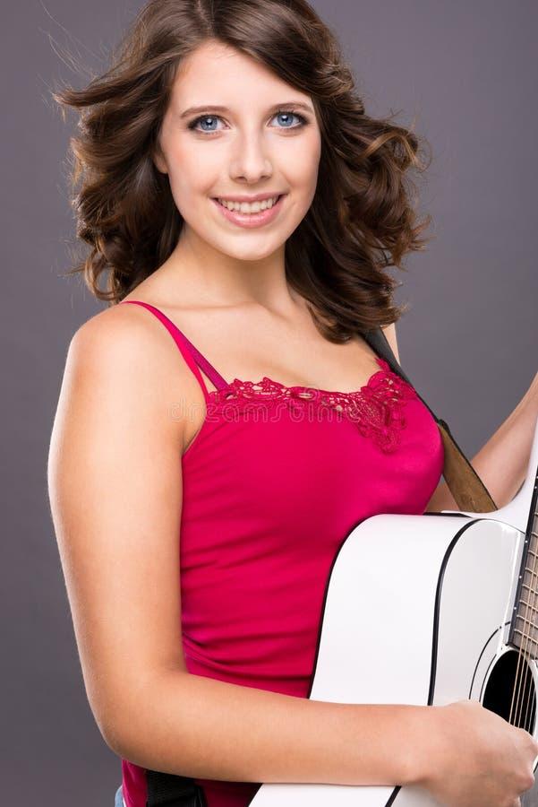 Tonåring med gitarren royaltyfri fotografi