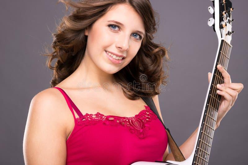 Tonåring med gitarren arkivbilder