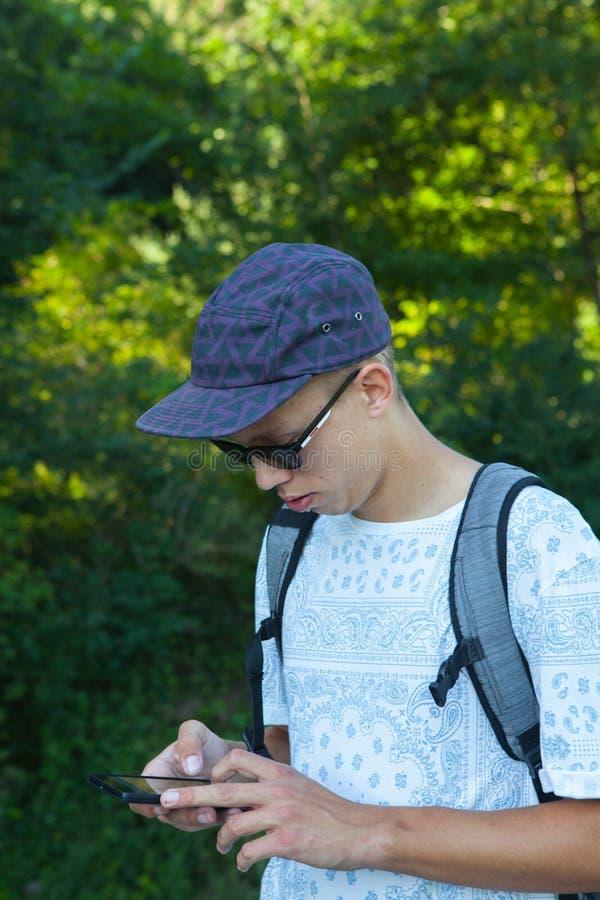 Tonåring med smartphonen royaltyfria foton