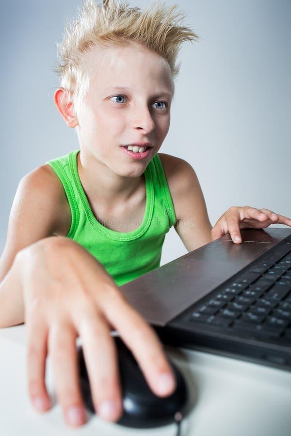 Tonåring på en dator arkivfoto