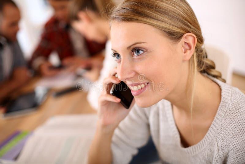 Tonåring på skolan som talar på telefonen arkivfoton