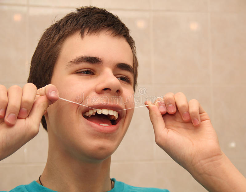 Tonåring med tandtråd arkivfoton