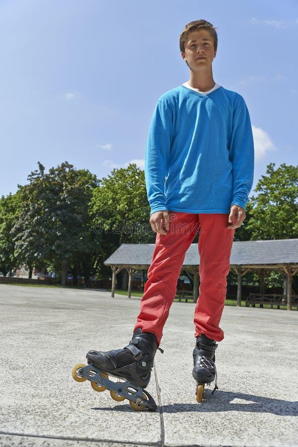 Tonåring som rollerblading arkivfoton