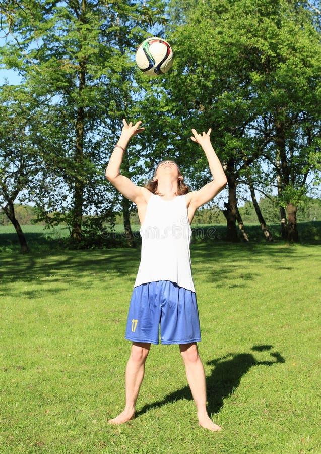 Tonåring som spelar volleyboll arkivbild