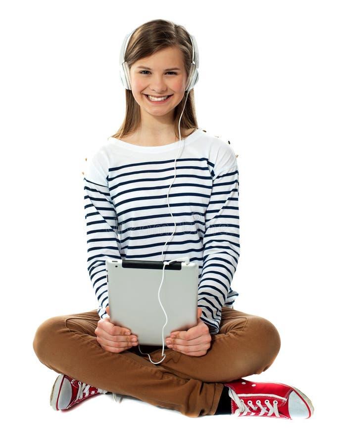 Tonåring som tycker om musik till och med hörlurar arkivbilder