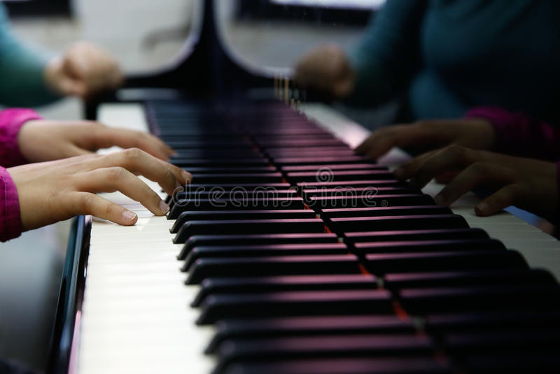 Tonåring som utför på ett piano arkivfoton