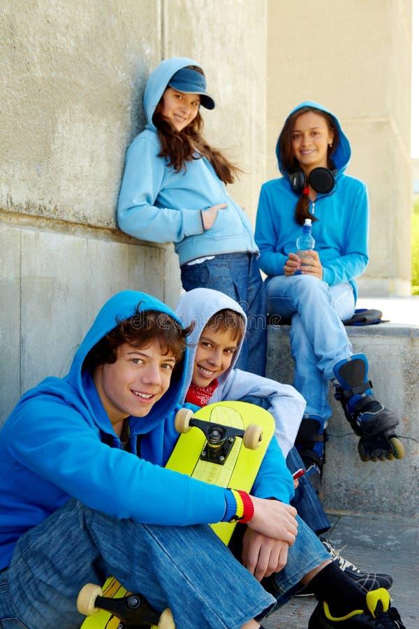 tonåringar royaltyfri bild