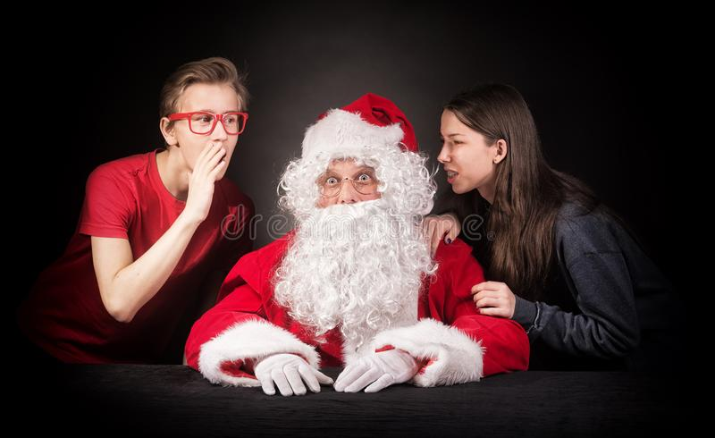Tonåringar berättar jultomten om deras önska för julgåvorna fotografering för bildbyråer