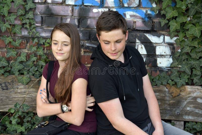 Tonåringar, flickan och pojken har att gräla royaltyfria bilder