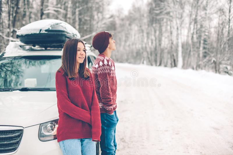 Tonåringar i jultröjor som går i insnöad vinter arkivfoto