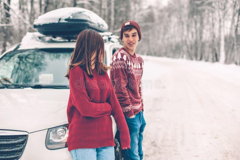 Tonåringar i jultröjor som går i insnöad vinter arkivbilder