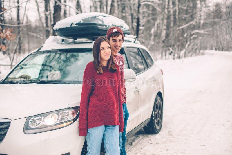 Tonåringar i jultröjor som går i insnöad vinter royaltyfri bild