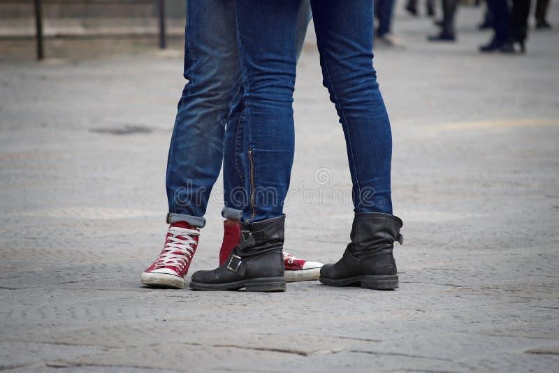 Tonåringar lägger benen på ryggen kopplar ihop royaltyfria foton