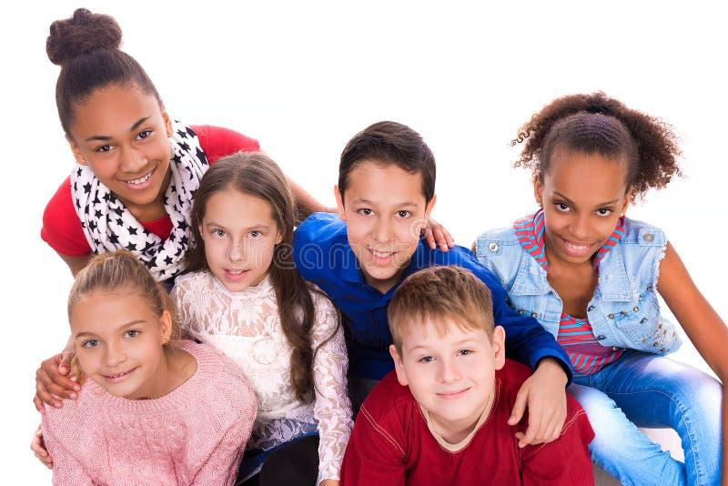 Tonåringar med den olika hyn tillsammans royaltyfri foto