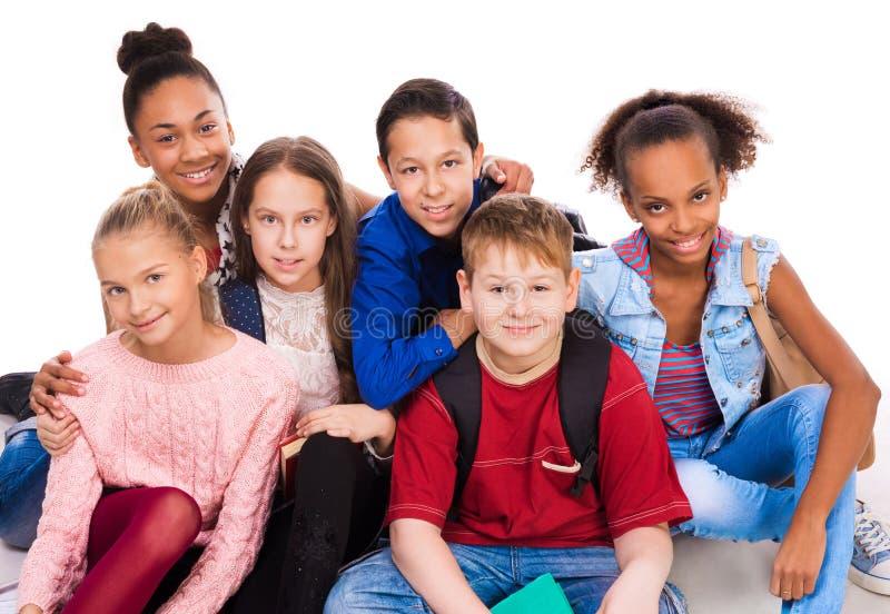 Tonåringar med den olika hyn tillsammans royaltyfri fotografi