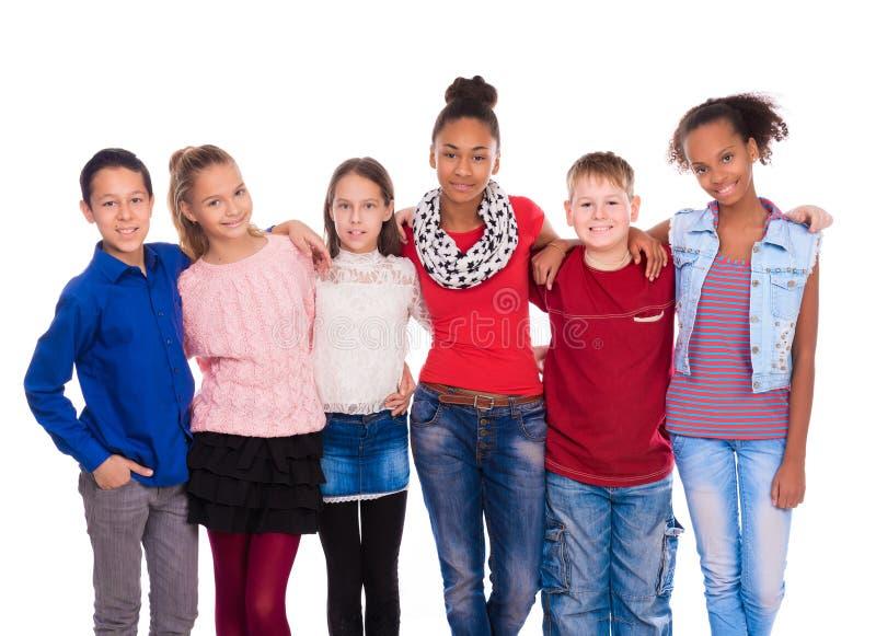 Tonåringar med olik kläder som tillsammans står arkivbild