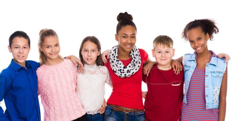 Tonåringar med olik kläder som tillsammans står royaltyfria bilder