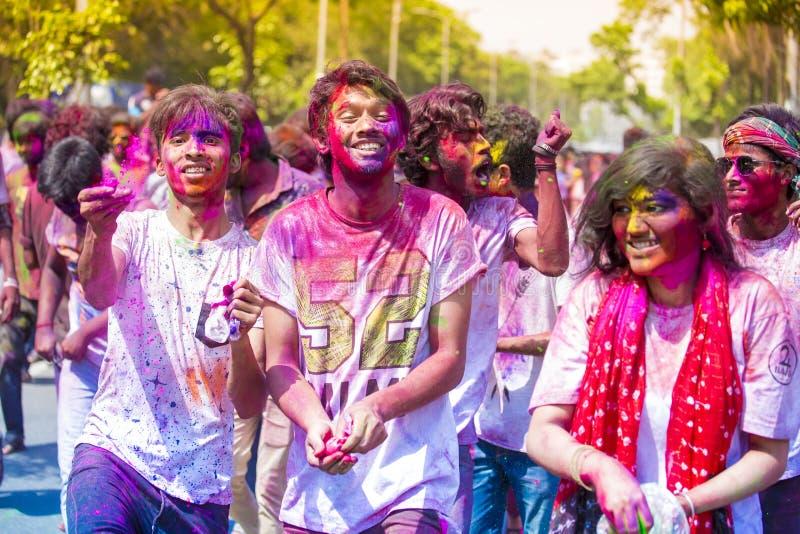 Tonåringar och barn som har gyckel med kulört vatten- och holipulver under den hinduiska festivalen av färger, Dhaka, Bangladesh royaltyfria bilder