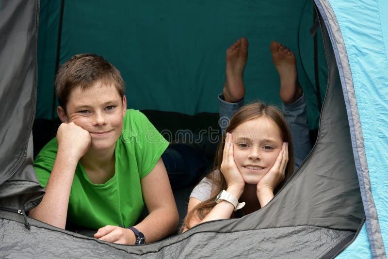 Tonåringar på campa semestrar royaltyfri fotografi
