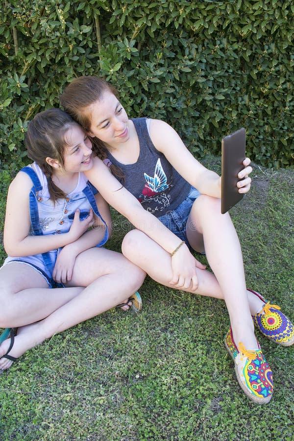 Tonåringar som får en selfie royaltyfria bilder