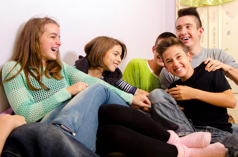 Tonåringar som har gyckel royaltyfri fotografi