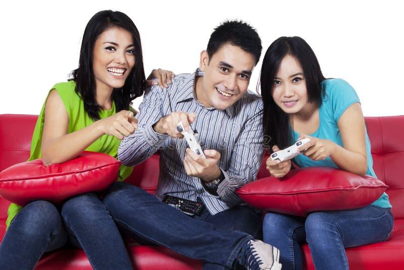 Tonåringar som spelar lekar arkivfoton