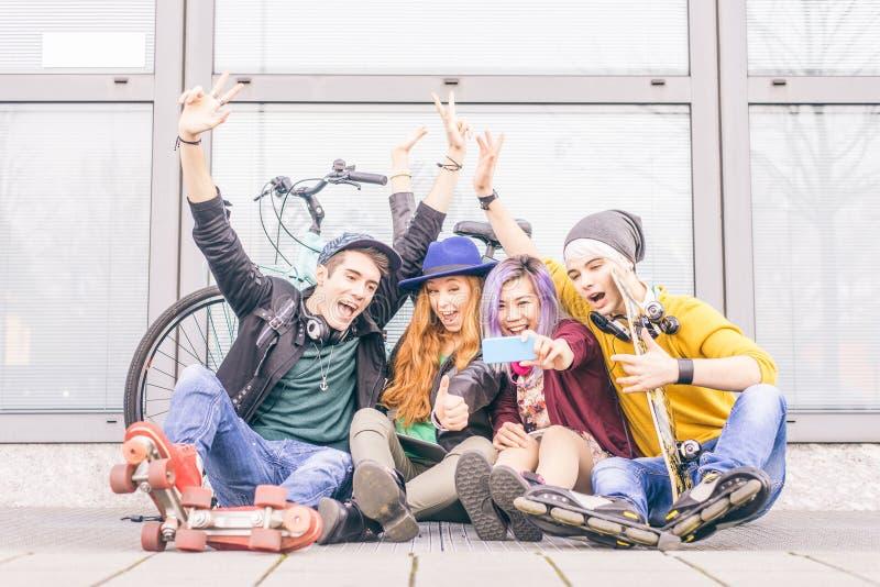 Tonåringar som tar selfie fotografering för bildbyråer