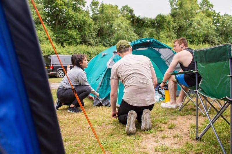 Tonåringar som tycker om att campa fotografering för bildbyråer