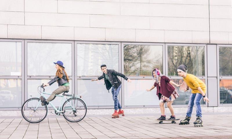 Tonåringar som utomhus möter royaltyfri bild