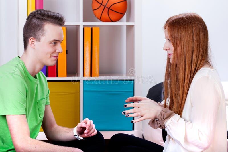 Tonåringar talar arkivfoton