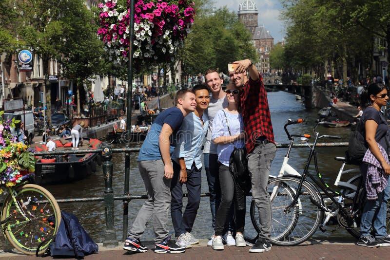 Tonåringar tar en selfie i Amsterdam, Holland fotografering för bildbyråer
