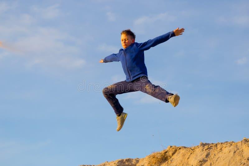 Tonåringbanhoppning mot himlen PARKOUR royaltyfria foton