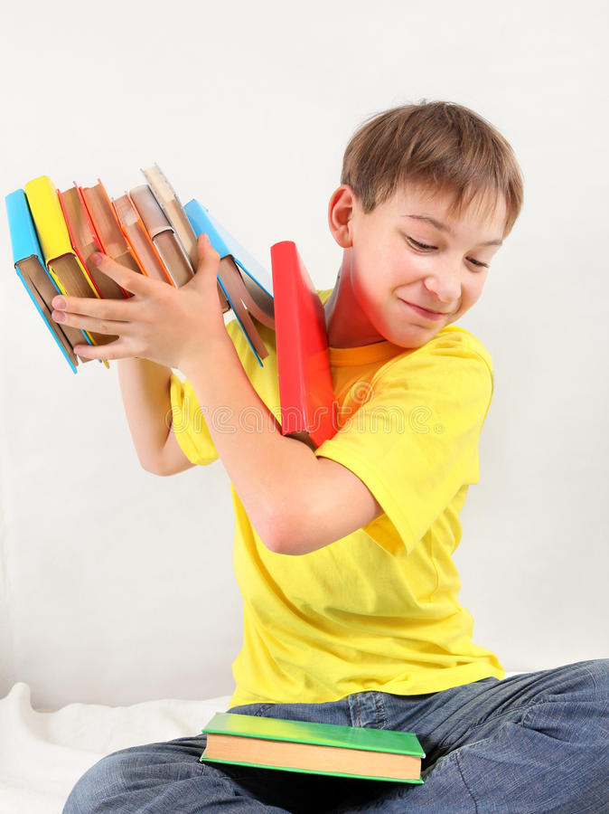 Tonåringen kastar ut böckerna royaltyfria bilder