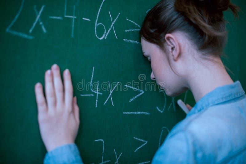 Tonåringflicka i matematikgrupp som förkrossas av matematikformeln Tryck utbildning, framgångbegrepp royaltyfria foton