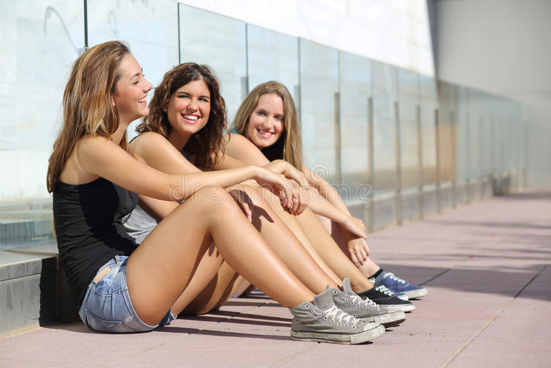 Tonåringflickor som talar och skrattar som är lycklig royaltyfria bilder