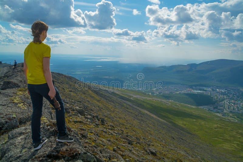 Tonåringhandelsresande som tycker om sikten av Kirovsk och Khibiny royaltyfria bilder