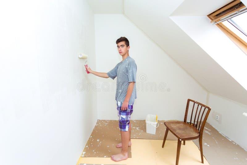 Tonåringmålningvägg till vitt hemmastatt arkivfoto