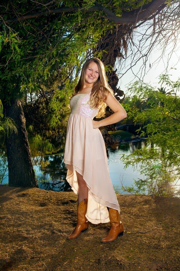Tonåringmodehjältinnan poserar full längd royaltyfria bilder