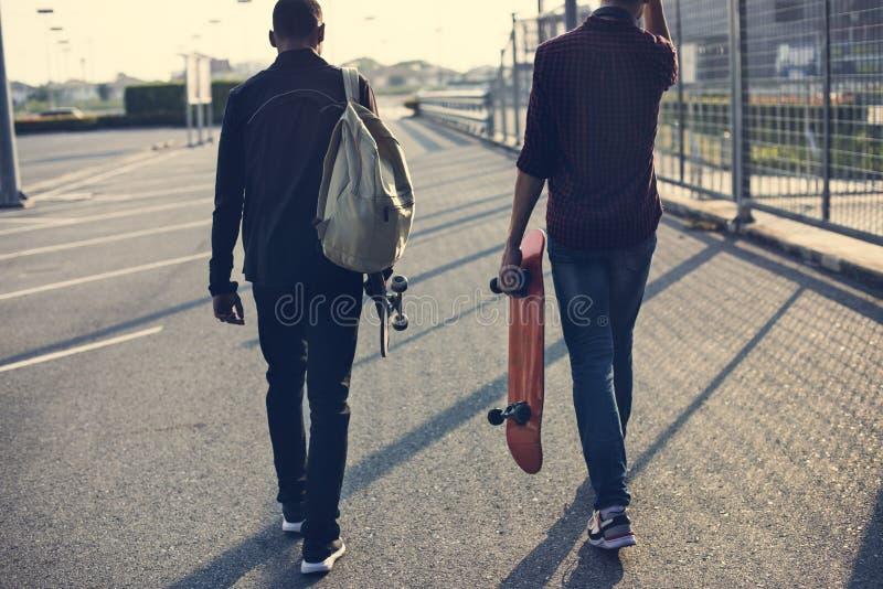 Tonåringpojke med en skateboard royaltyfri foto