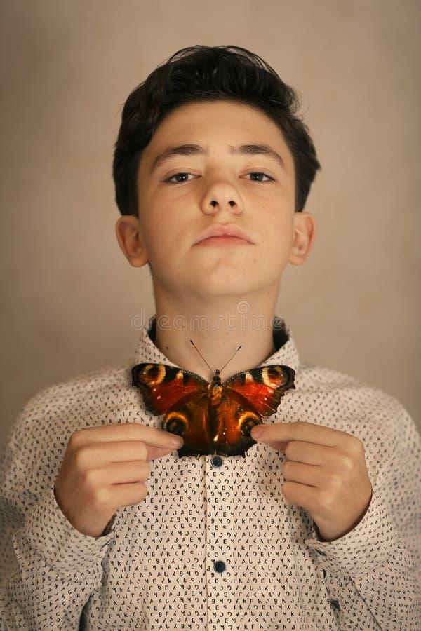 Tonåringpojke med fjärilsflugan arkivbilder
