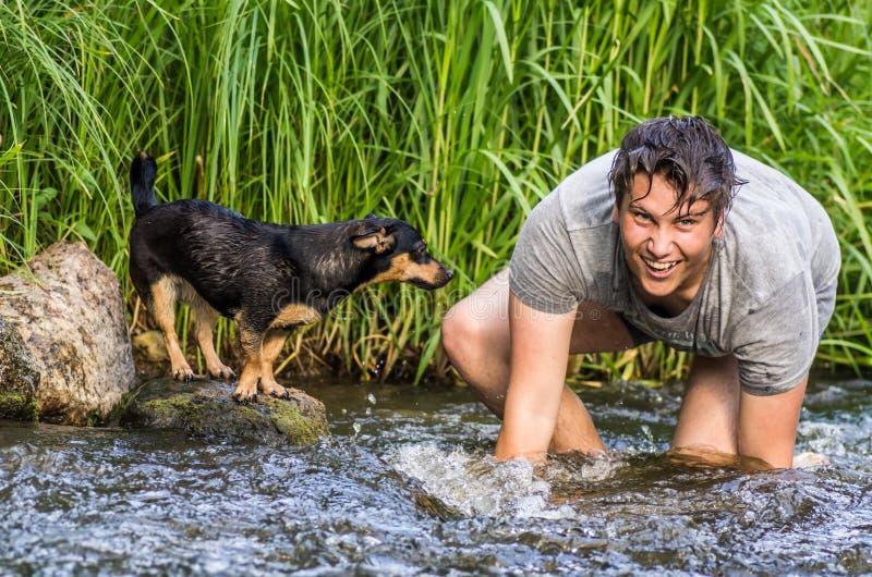 Tonåringpojke och hans hund royaltyfri bild