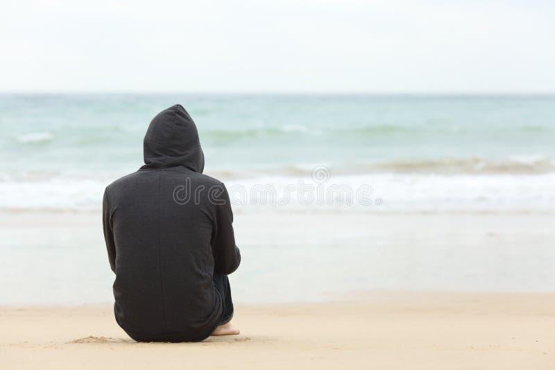 Tonåringpojke som tänker hålla ögonen på havet royaltyfria bilder