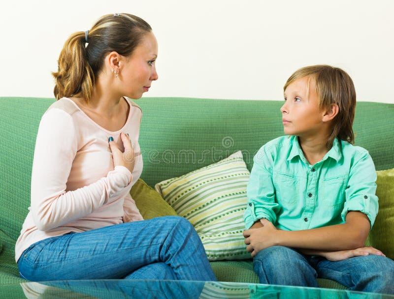 Tonåringson och moder som har allvarligt samtal royaltyfria bilder