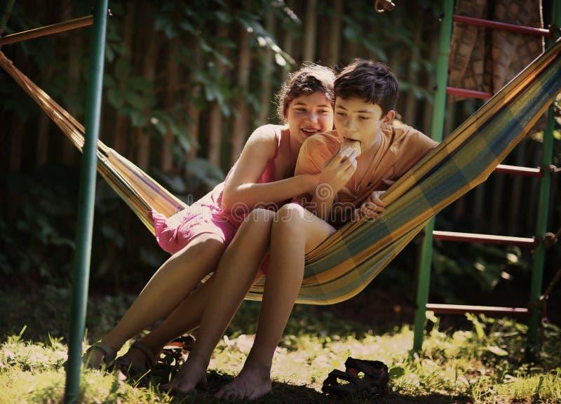 Tonåringsyskon pojke och flickasyskongruppslut upp det utomhus- fotoet för sommar royaltyfria foton