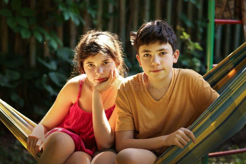 Tonåringsyskon pojke och flickasyskongruppslut upp det utomhus- fotoet för sommar arkivbild