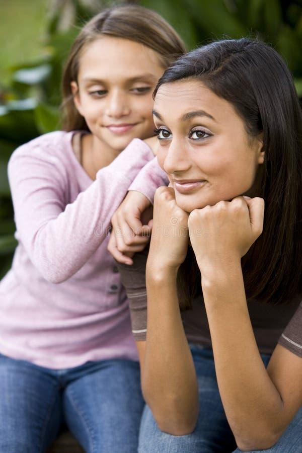 tonårs- övre mer ung för tät flickasyster royaltyfri foto