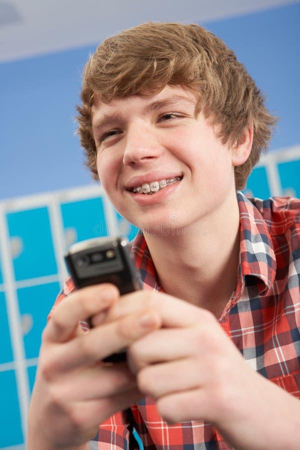 tonårs- använda för male mobil telefondeltagare arkivfoto