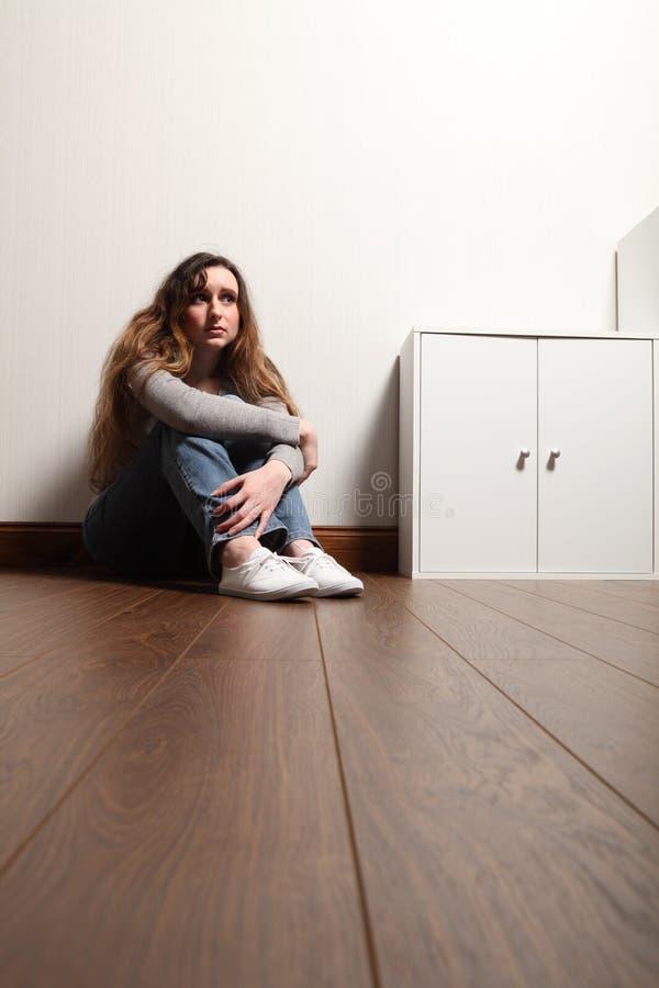 tonårs- barn för ensam golvflickaproblem arkivbilder
