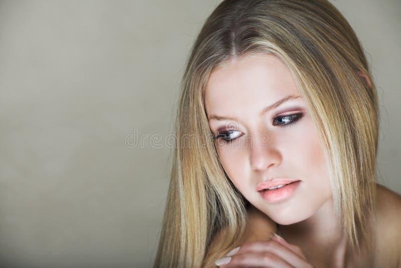 tonårs- blond flicka royaltyfria bilder