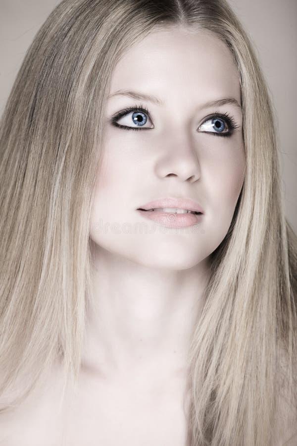 tonårs- blond flicka för blåa ögon royaltyfri bild